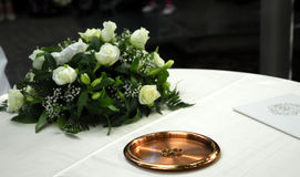 Hochzeitsringe und -bescheinigung Stockbild