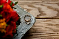 Hochzeitsringe und -blumen lizenzfreie stockbilder