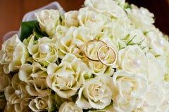 Hochzeitsringe und -blumen Lizenzfreies Stockbild