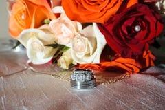 Hochzeitsringe und -blumen Lizenzfreie Stockfotografie