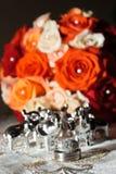Hochzeitsringe und -blumen Stockfotografie