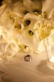 Hochzeitsringe und -blumenstrauß Lizenzfreies Stockfoto