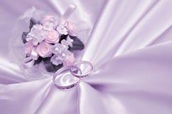 Hochzeitsringe und -blumenstrauß Stockbilder