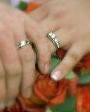 Hochzeitsringe und -blumenstrauß Lizenzfreie Stockbilder