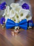 Hochzeitsringe und -blumenstrauß Lizenzfreie Stockfotografie
