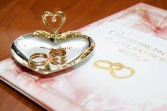 Hochzeitsringe und Heiratsurkunde Stockbild