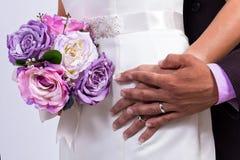 Hochzeitsringe und Hochzeitsblumenstrauß Stockbilder