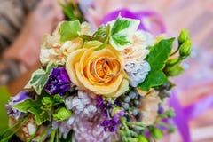 Hochzeitsringe und Hochzeitsblumenstrauß Stockfotografie
