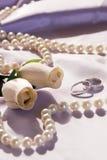 Hochzeitsringe und -rosen Lizenzfreie Stockbilder
