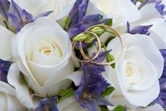 Hochzeitsringe und -rosen Lizenzfreies Stockfoto