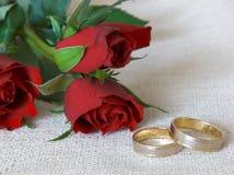 Hochzeitsringe und -rosen Lizenzfreies Stockbild