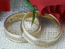 Hochzeitsringe und -rosen Lizenzfreie Stockfotografie