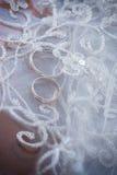Hochzeitsringe und -spitze Stockfoto