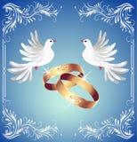 Hochzeitsringe und zwei Tauben Stockbilder