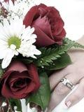 Hochzeitsringhand der Braut und Blumenstraußnahaufnahme Stockfoto