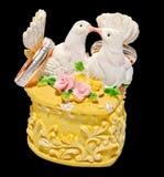 Hochzeitsringkasten mit zwei küssenden Tauben Lizenzfreies Stockfoto