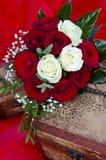 Hochzeitsrosenblumenstrauß auf Kasten Lizenzfreies Stockfoto