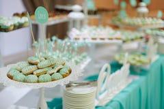 Hochzeitssüßigkeitsschale backt auf Hochzeitsfest zusammen Lizenzfreie Stockfotografie
