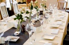 Hochzeitsschauplatz-Abendtisch Stockfotos