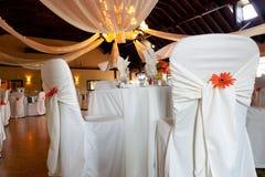Hochzeitsschauplatz, abgedeckte Stühle u. Deckendekoration Lizenzfreie Stockfotos