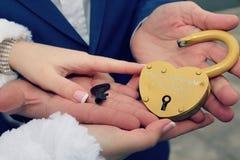 Hochzeitsschlüssel in den Händen Stockbild