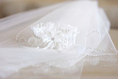 Hochzeitsschleier und ein Strumpfband lizenzfreie stockfotos