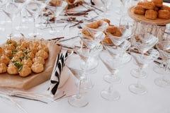 Hochzeitsschokoriegel-Dekorationseinrichtung mit köstlichen Kuchen und Bonbons lizenzfreie stockfotografie