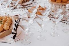 Hochzeitsschokoriegel-Dekorationseinrichtung mit köstlichen Kuchen und Bonbons lizenzfreies stockbild