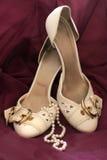 Hochzeitsschuhe mit Perlen neacklace Lizenzfreies Stockfoto