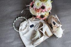 Hochzeitsschuhe, -Tiara und -blumenstrauß auf einem grauen Hintergrund Stockbild