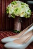 Hochzeitsschuhe und -blumenstrauß Lizenzfreie Stockfotografie