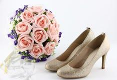 Hochzeitsschuhe und ein Blumenstrauß von Blumen Lizenzfreies Stockbild