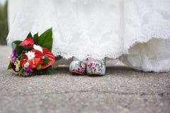 Hochzeitsschuhe und Hochzeitsblumenstrauß Lizenzfreies Stockbild