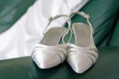 Hochzeitsschuhe und -kleid Stockfotos