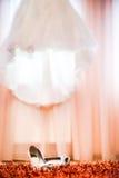 Hochzeitsschuhe und -kleid Stockbilder