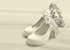Hochzeitsschuhe und Strumpfband der Braut Lizenzfreies Stockbild