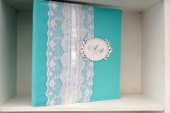Hochzeitsserviette mit Monogrammnahaufnahme auf Regal Lizenzfreie Stockfotografie