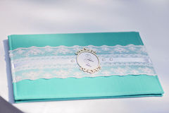 Hochzeitsserviette mit Monogrammnahaufnahme auf Tabelle Stockfotografie