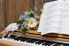 Hochzeitssonderkommandos: Handtasche und Blumenstrauß der Braut Lizenzfreie Stockfotografie