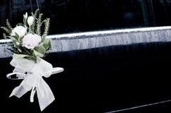 Hochzeitsspitzebogen und Blumenheiratautotür Stockbilder