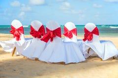 Hochzeitsstühle auf dem Strand Lizenzfreies Stockfoto