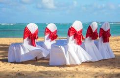 Hochzeitsstühle auf dem Strand Stockfotos