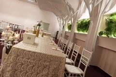 Hochzeitsstühle in einem Party- oder Ereignisballsaal Stockfoto