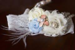 Hochzeitsstrumpfband für Braut mit Spitze und Feder Lizenzfreie Stockfotos