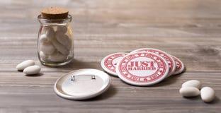 Hochzeitssymbole: Zuckermandeln und gerade verheiratete Stifte Lizenzfreie Stockfotos
