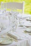 Hochzeitstabelle in allem Weiß Stockfotografie