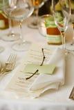 Hochzeitstabelle mit Menü Stockbilder