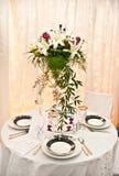 Hochzeitstabelle und -blumen Lizenzfreies Stockbild