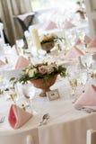 Hochzeitstabellen eingestellt für das feine Speisen Stockfotografie