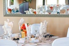 Hochzeitstabellen-Platzeinstellung, die im Spiegel sich reflektiert Stockbilder